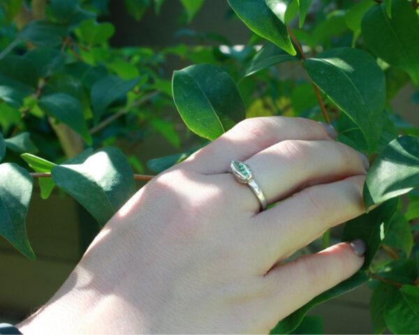 יד עם אבנים ירוקות