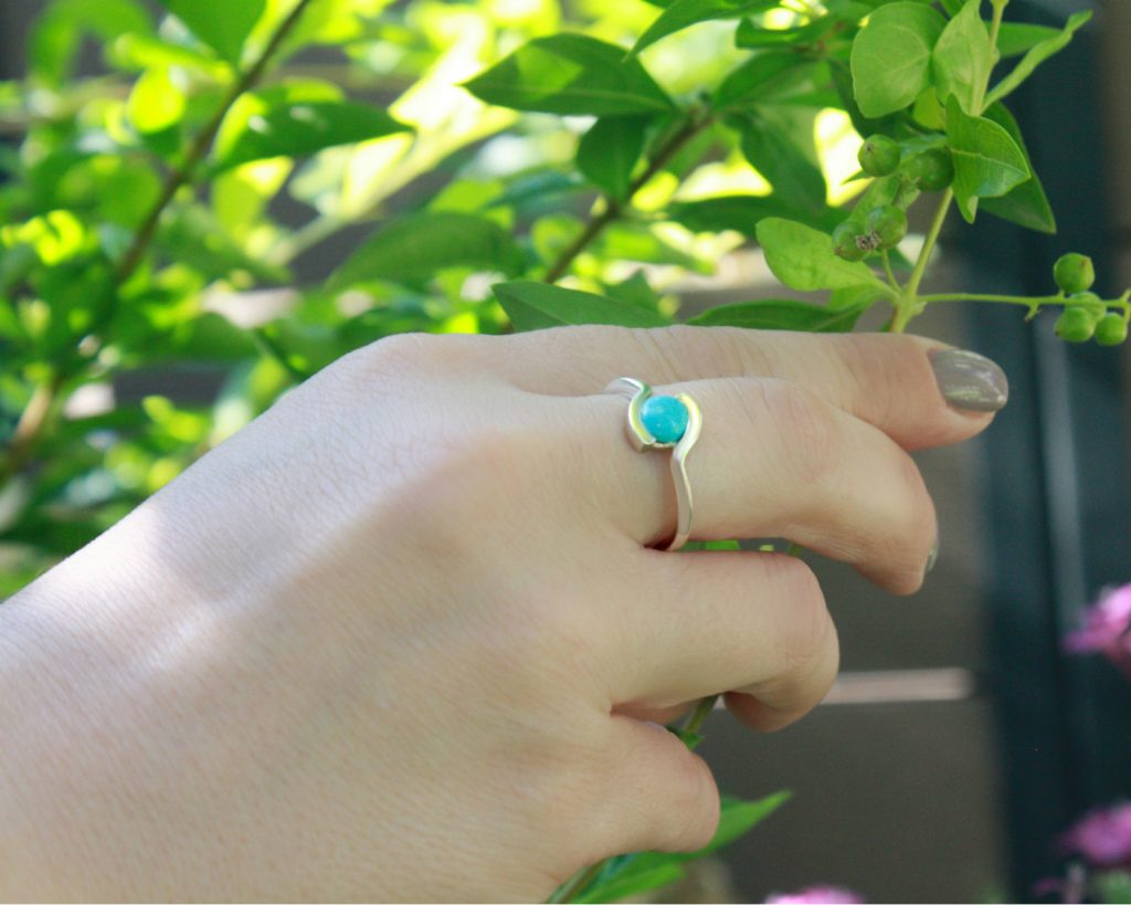 יד עם טבעת טורקיז